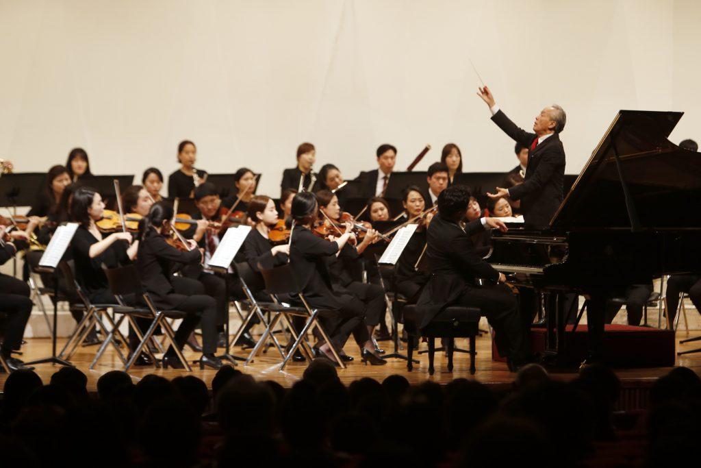 금난새 지휘자의 오케스트라가 공연을 하고 있는 이미지