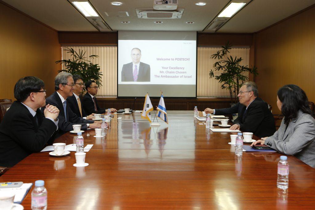 김도연 총장은 11월 9일 본교를 방문한 주한 이스라엘 H.E. Chaim Choshen(하임 호셴) 대사 일행을 맞아 POSTECH을 소개하고 환담을 나누는 이미지