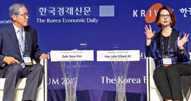 김도연 총장은 11월 1일 서울 그랜드 인터컨티넨탈 호텔에서 열린 '글로벌 인재 포럼 2017'에 참석하여 기조대담의 진행을 하고 있는 이미지