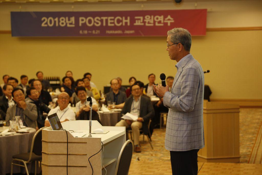 일본 삿포로에서 개최된 2018년 전체 교원연수에서 강연하는 김도연 총장 이미지