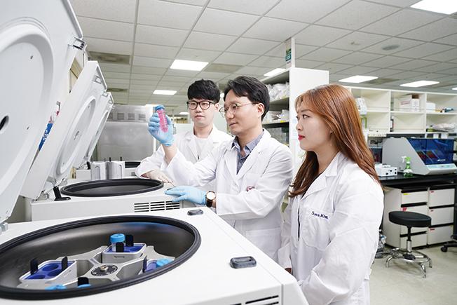 실험실 안에서 이승우 생명과학과 교수와 조교들의 이미지