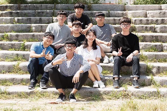 천안의 고등학생들과 알리미 이예원씨와의 기념사진 이미지