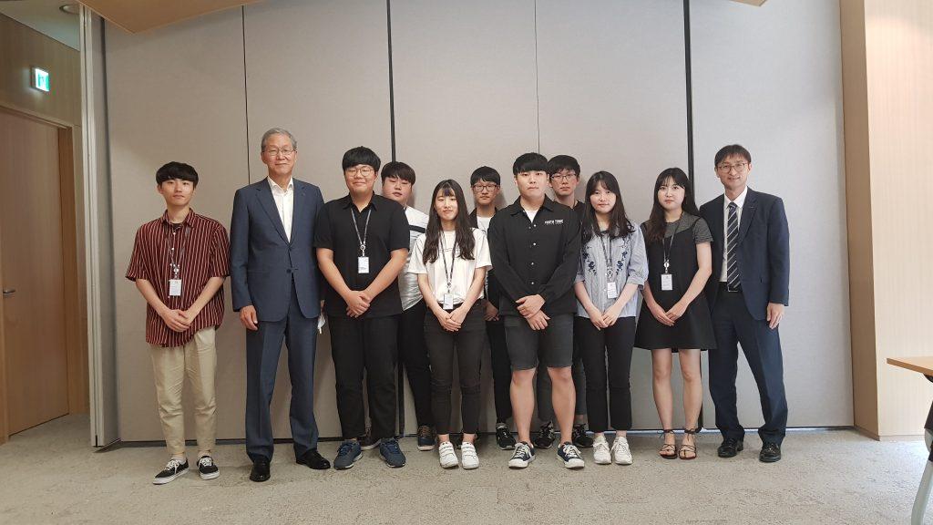SES(Social Experience in Society) 프로그램에 참여하고 있는 주성엔지니어링과 한국과학기술연구원(KIST)를 방문하여 학생들과 간담회 후 기념촬영한 김도연 총장님 이미지