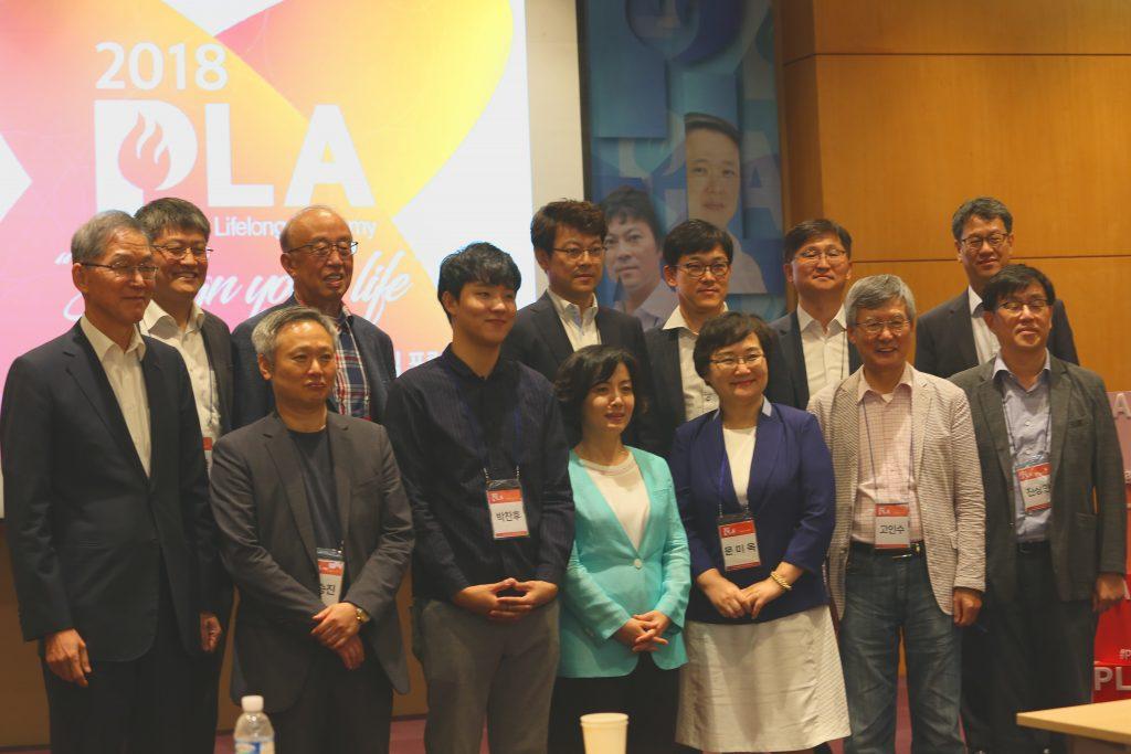 서울 코엑스에서 열린 'POSTECH Lifelong Academy(PLA)' 행사에 참석하여 참여자들과 찍은 기념이미지