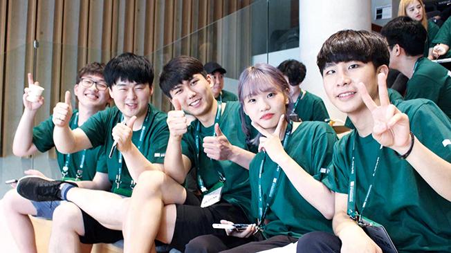 정주영 창업경진대회에 참여한 학생들이 찍은 기념사진