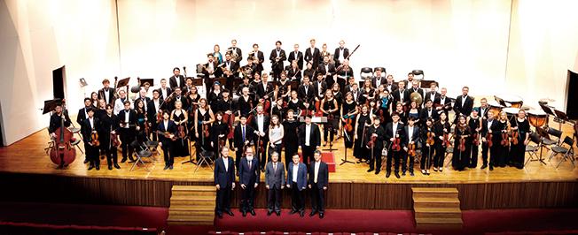 포스텍 오케스트라 단원들이 연주를 끝내고 무대에서 찍은 기념촬영 이미지