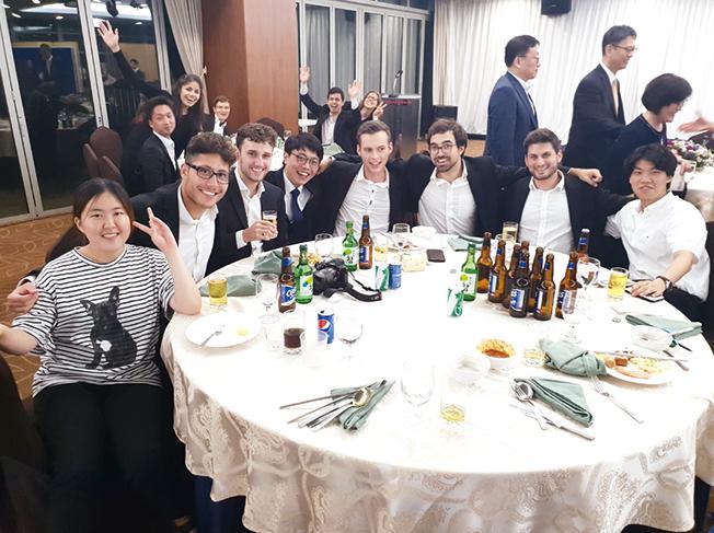 포스텍 오케스트라 단원들고 공연을 끝내고 식사를 하면서 찍은 기념촬영 이미지