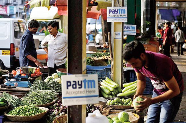 인도 사람이 인도시장에서 장보고 있는 이미지