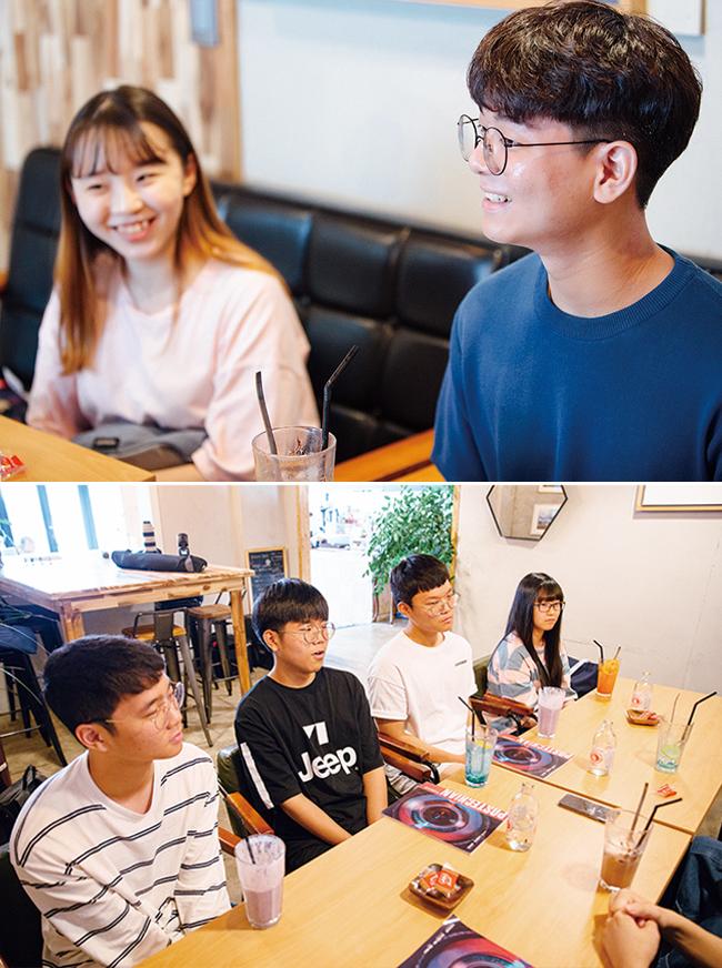 포항공대 알리미 김태호씨 사진 및 알리미에게 질문하는 천안 고등학교 학생들의 모습