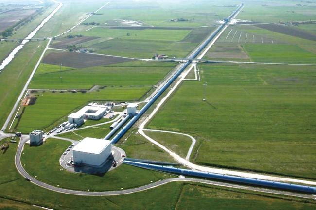 중력파를 발견한 LIGO(Laser Interferometer Gravitational-Wave Observatory)의 이미지