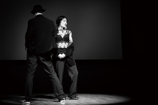 교내 댄스 동아리인 CTRL-D(컨디)가 무대에서 춤추는 이미지